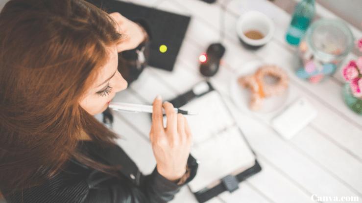 mulher-tendo-idéias-de-negócios-com-pouco-dinheiro-em-uma-mesa